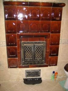 Cserépkályha Vas megye, Bontott csempéből falba épített nagy üvegajtóval