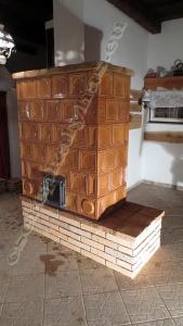 Cserépkályha Sukoró, Bontott csempéből nagy üvegajtóval az ülőke és a felső párkány padlástéglából készült