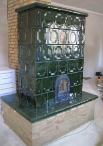 Cserépkályha Budapest, Bontott csempéből Téglából rakott talapzattal és csempe ülőkével