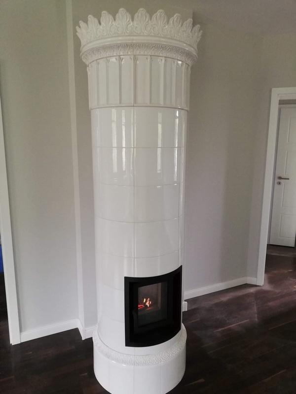 Fehér henger cserépkályha üveges ajtóval. Méretek 225cm magas 60cm átmérő a korona rész 70cm.