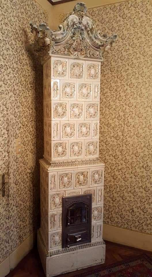 Antik szecessziós festett cserépkályha korához képest jó állapotban.