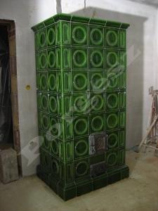 Zöld gyöngytányéros cserépkályha Sóskút. Csempegyártó: Kályhásdinasztia